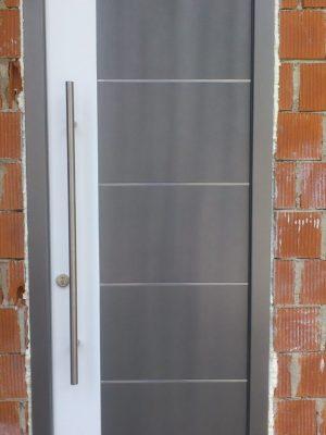 dvobarvna lesena vrata inox dodatki