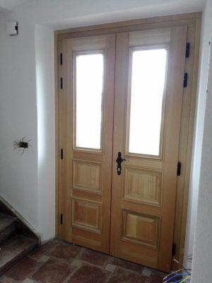 lesena vhodna vrata iz macesna