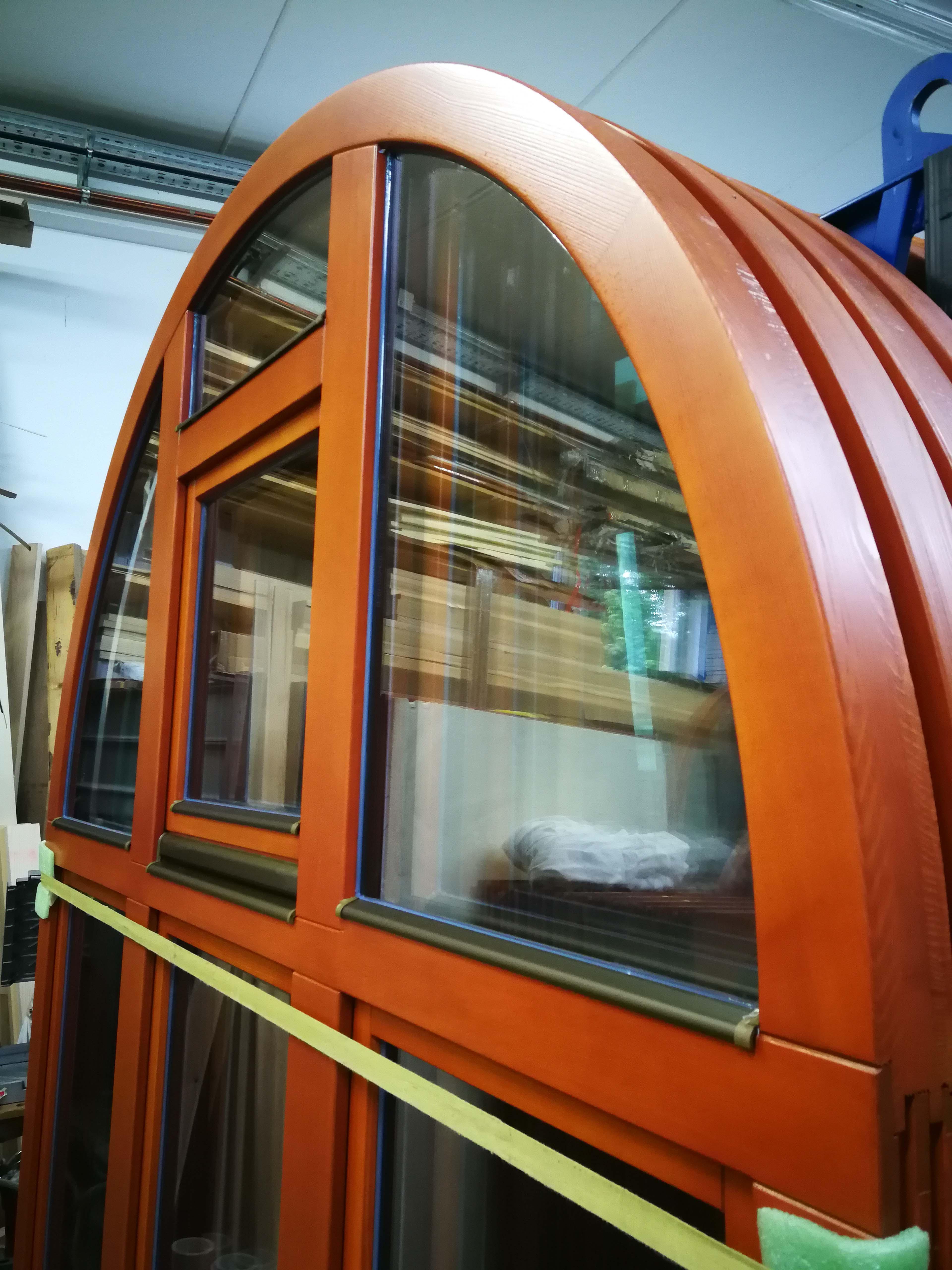 Lesena polkrožna okna.