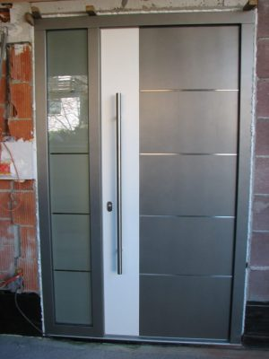 dvobarvna lesena vrata, inox dodatki